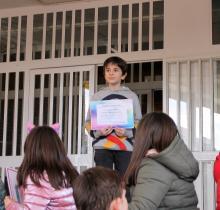 Julio Blanco recogiendo el diploma de finalista otorgado a su madre, Cristina Caballero