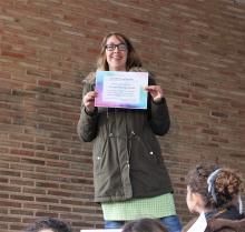 Encarna González con su diploma de finalista