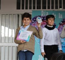 Antonio J. Pérez recogiendo su diploma y su taza